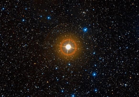 La supergigante rossa VV Cephei, più di mille volte le dimensioni del Sole