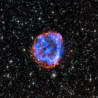 Un resto di supernova nella Grande Nube di Magellano, immagine che combina riprese ai raggi-x e luce visibile. (Wikipedia)