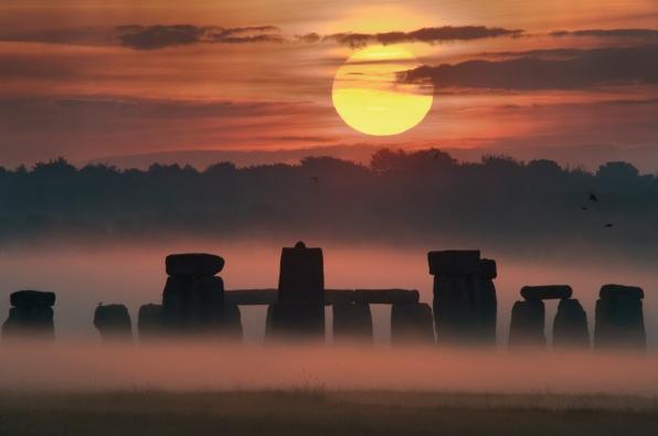 Sole, al tramonto, nel preistorico osservatorio di Stonehenge