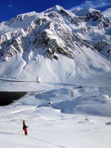 Paesaggio diurno del Pizzo d'Uomo, ben visibile dalla valle del passo