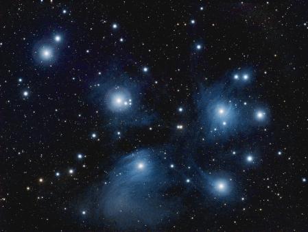 M45, come appare dopo una lunga esposizione. Si noti la nebulosità attorno alle stelle maggiori.