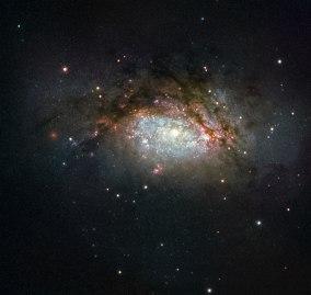 NGC 3597, il prodotto della collisione di due galassie, si sta trasformando in una galassia ellittica