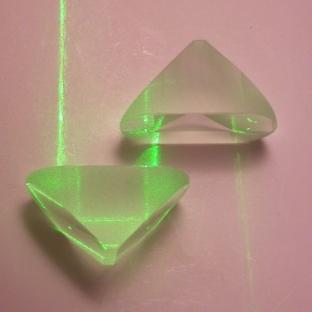 Due prismi di Porro ed un fascio di luce laser che li attraversa.