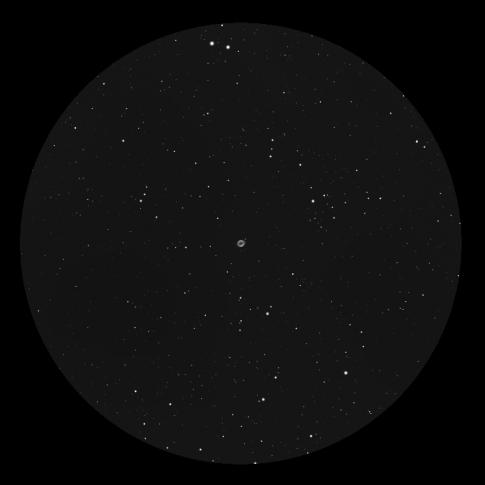 M57 a 59x, simulazione in scala di grigi (Stellarium)